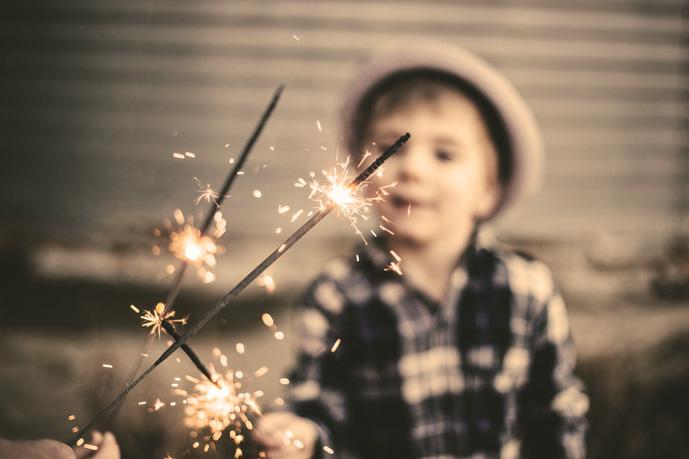 Kind spielt mit Wunderkerzen