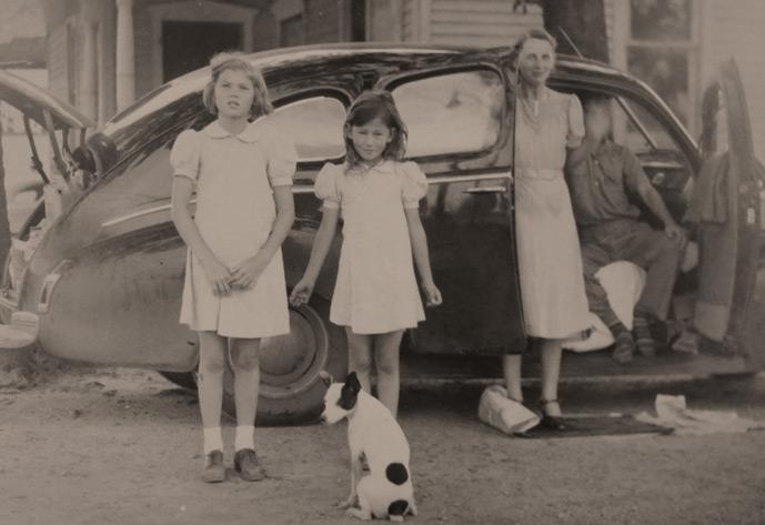 Familie steht vor einem Auto