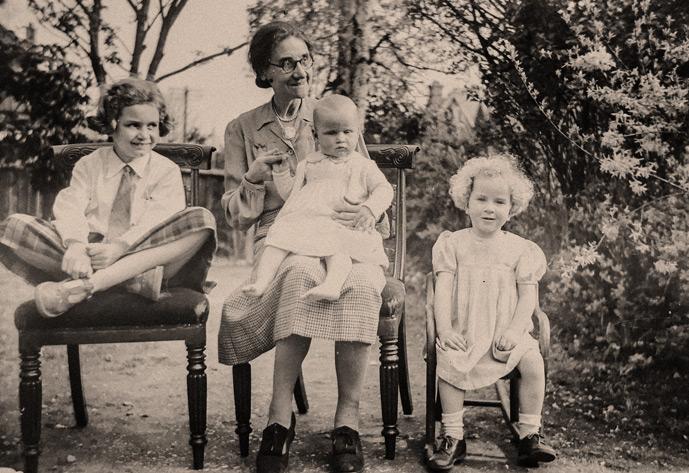 Großmutter mit Enkelkindern auf einer Bank