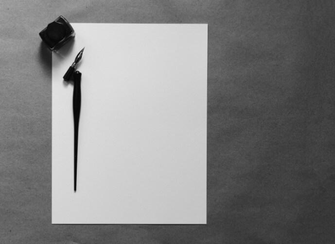 Federhalter auf weißem Papier