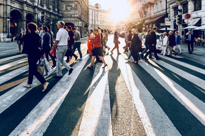 Fußgänger überqueren eine Straße in der Stadt