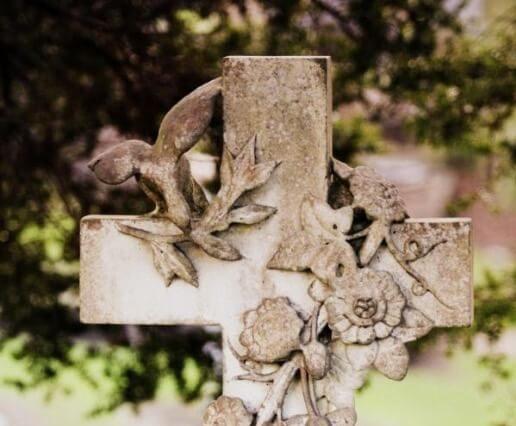 Steinernes Kreuz mit Verzierungen