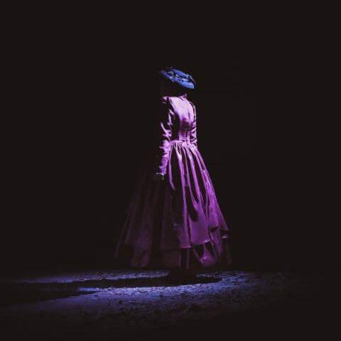 Trauernde Frau in dunklen Raum